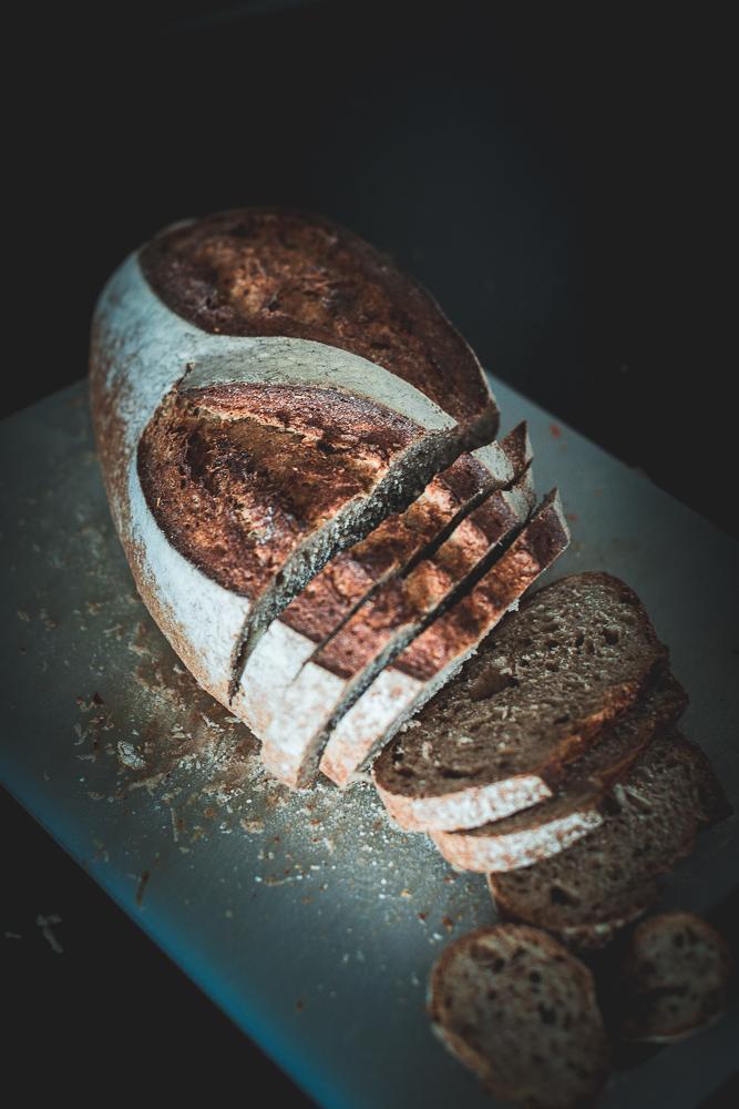 oppskjært brød på fjøl-1.jpg