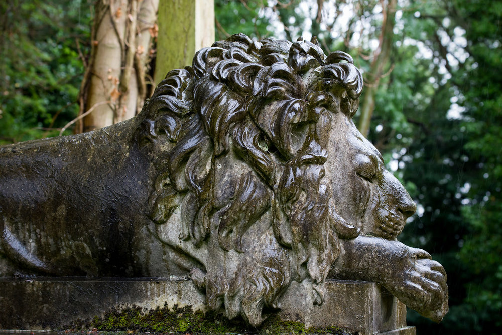 I denne graven som voktes av en løve ligger det en mann som hadde et omreisende sirkus...