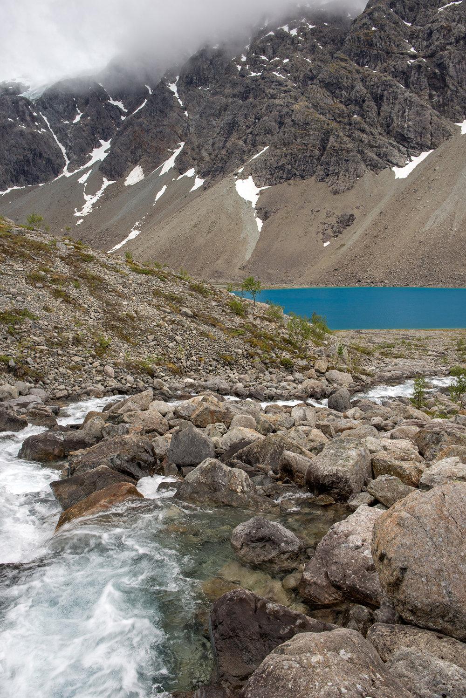 Et lite glimt av Blåisvannet … (foto: Lars)