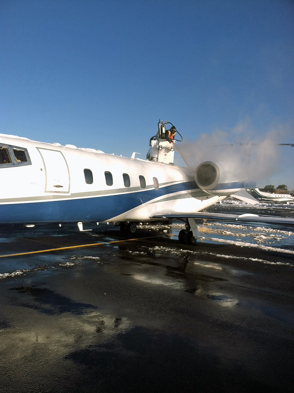Learjet Deicing 2011-10-30b.jpg