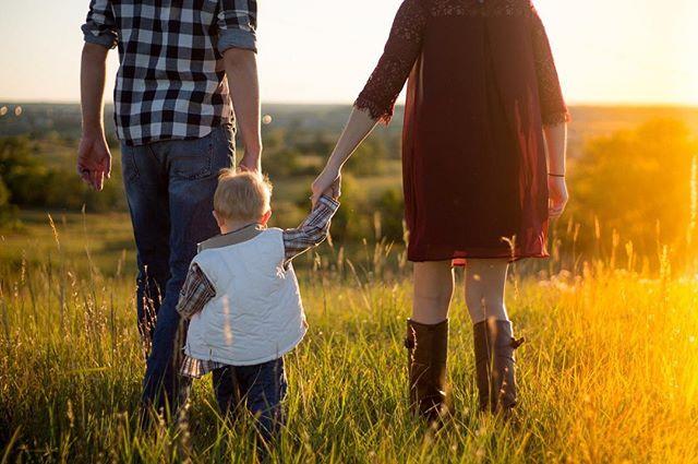 Kansas Sunsets will always win.  #kansas #kansassky #kansasliving #topoftheworld #photography #photographer #photoshoot #photooftheday #photographyislifee #photographysouls #beautiful #sunset #family #familyphotography