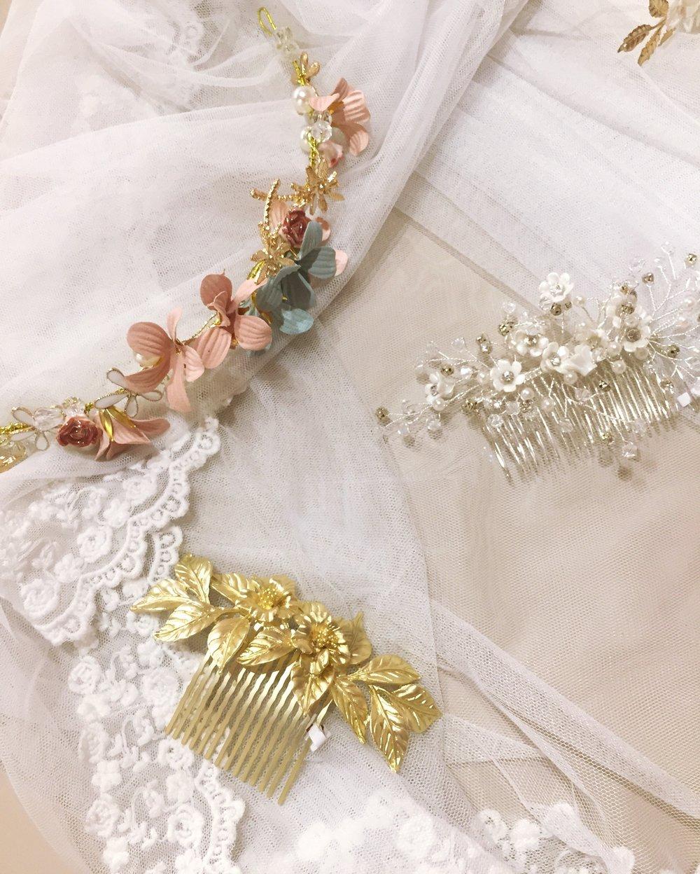 Detalle de la selección de tiaras y apliques para darle el toque final al peinado de novias románticas.