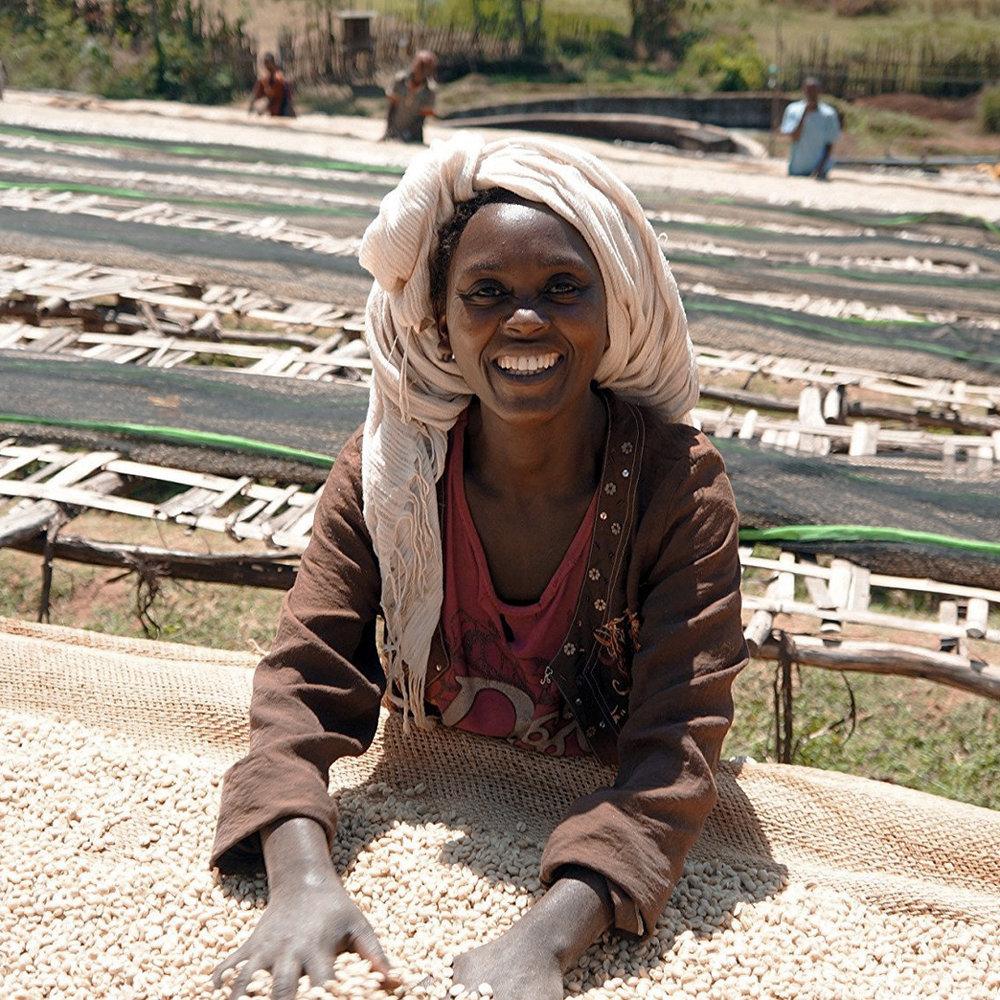Ētiska kafijas ieguve. - Mums ir sadarbība ar vairākiem zemniekiem un ražotājiem dažādās kafijas ieguves valstīs. Tādējādi mēs atbalstām visus, kuri darbojas kafijas nozarē.