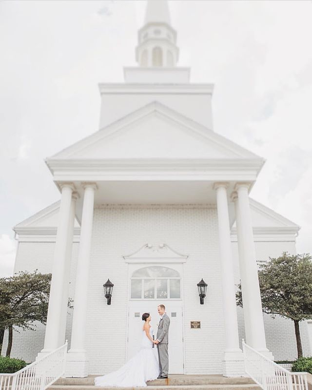 This is all-white goals for annnnnny bride 🙌🏻 shot by @addyraephoto in Wichita! . Tag #thekansasbride to be featured here or on our website!