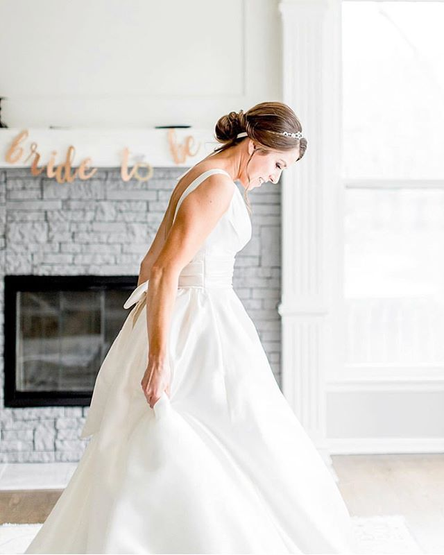 It's our favorite day! Who's tying the knot on this beautiful Saturday!? Photo: @elizabethladean  Dress: @bridalextraordinaire  Venue: @deercreekgolfclub