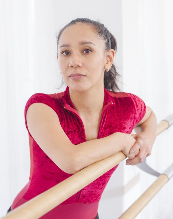 """CHARMAINE DU MONT - Charmaine is een voormalig beroepsdanseres bij gezelschappen als Sachsische Semper Oper Dresden, Cairo National Opera House en Compania Nacional de Bailado Lisbon. Zij is opgeleid bij de Nationale Ballet Academie in Amsterdam en HBO aan de Academie Princes Grace Monaco. Bij Zhembrovskyy geeft zij Ballet Volwassenen en Kids, Spitzen, Floor Barre, ZhemFit en Privélessen.""""Het mooiste aan werken bij Zhembrovskyy – naast de super werkomgeving – is dat de studenten zo enthousiast, leergierig en harstikke aardig zijn. Er is altijd een goede en vriendelijke sfeer.Mijn passie is om goed te zijn in wat ik het liefste doe; mensen inspireren, plezier geven en ze helpen hun doelen te bereiken of daar dichtbij te brengen."""""""