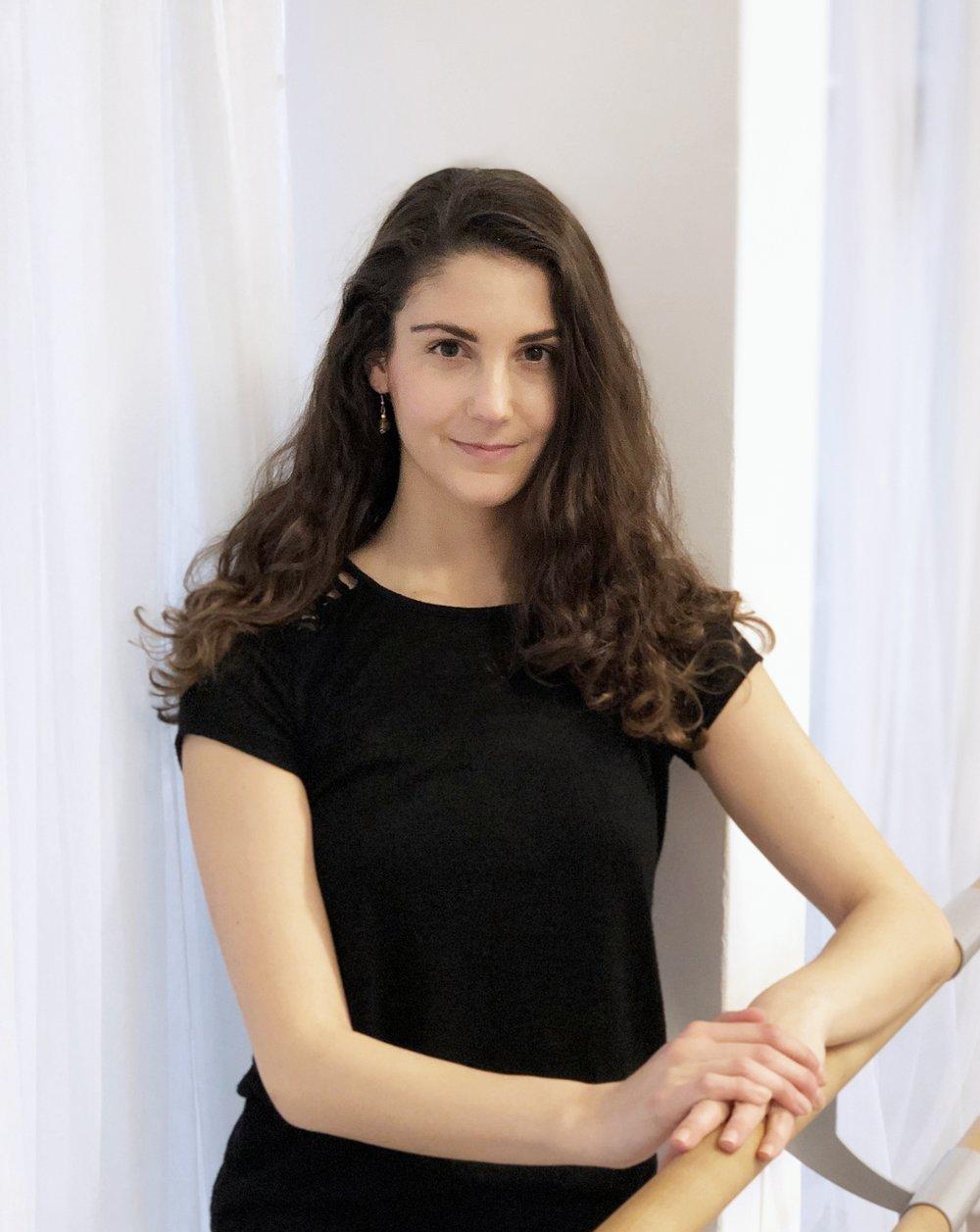 """CLAUDIA LANTINI - Claudia is balletdocente en deed haar opleiding aan CODARTS Rotterdam Dance Academy en Mimma Testa in Rome, waar ze is geboren. Ze heeft beroepservaring bij gezelschappen als International Dance Theater of Amsterdam en Stichting ENS. Naast haar huidige baan bij Stichting ENS en Zhembrovskyy, werkt zij samen met internationale choreografen als Laura Bernasconi.Claudia is een van de meest recente aanwinsten binnen het Zhembrovskyy-team waar ze begon als gastdocente. Met haar energie en enthousiasme heeft ze nu een vaste positie als balletdocente geaccepteerd.""""Dansen was altijd al mijn passie en ik geniet ervan mijn passie met anderen te delen. Mijn kennis op iemand over te dragen en ze dan lachend naar huis te zien gaan, voelt gewoon geweldig. Het is alsof ik ze zojuist een stukje van mezelf heb gegeven en dat maakt hun en mij gelukkig!"""""""