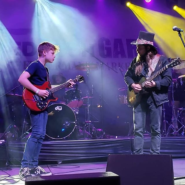 Recapping a highlight from night one of the Wedbush @gardenjammusicfestival at the @indianwellstennisgarden. 14 year old blues guitar phenom @tobyleeguitar joins @lukasnelsonofficial and @promiseoftherealofficial . . . . #lukasnelsonandpromiseofthereal #lukasnelson #luciesilvas #buddyguy #jimmievaughan #loslobos #brianculbertson #tobylee #musicfestival #musicmonth #coachella #rocknroll #country #bluesfestival #indianwells #gardenjam #gardenjammusicfestival #indianwellstennisgarden #indianwells #smoothjazz