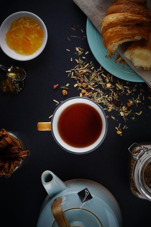 Riche en traditions. - La légende veut, qu'en 2737 av. J.-C., l'empereur chinois Shen Nung était assis sous un arbre tandis que son serviteur faisait bouillir de l'eau. Soudain, le vent souffla et quelques feuilles tombèrent dans l'eau et l'empereur se délecta de la boisson qui en résulta. Que ce soit vrai ou faux, le thé est une part importante de notre culture depuis des milliers d'années.