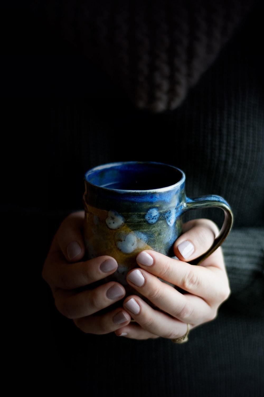 C'est votre heure. - Chaque jour, vous en faîtes beaucoup. Vous êtes devant votre écran, vous trouvez des solutions à vos problèmes, vous voyagez pour vous rendre au travail ou à l'école et plus encore! De nos jours, en ayant des journées bien occupées, on oublie parfois de prendre le temps de s'asseoir. N'est-ce pas? Pendant que votre thé se diffuse lentement dans l'eau chaude. Libérez votre esprit et profitez de la tranquillité qui provient de ces ingrédients mélangés avec attention.