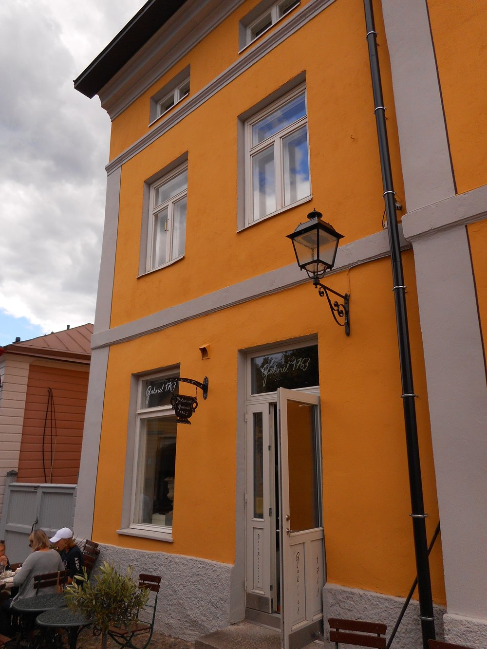 Old beautiful yellow house in Porvoo guided walking trip