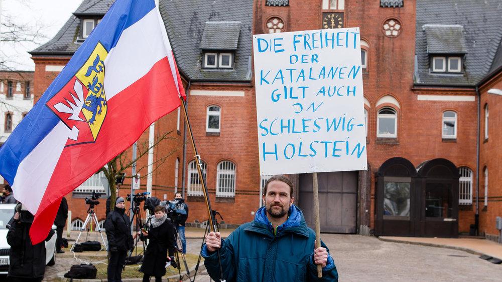 carles-puigdemont-in-deutschland-in-haft-gericht-in-neumuenster-wird-buehne-fuer-spaniens-innenpolitik.jpg