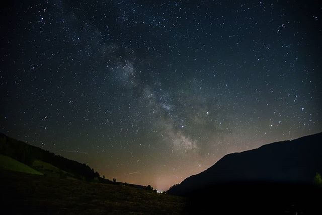 Sommernachtstraum 📷 Michael Brugger @bru.mic #digitalsarntal . . . . . . . . . . #sarntal #photographers #filmmakers #outdoor #visualartists #lifeinsouthtyrol #visitsouthtyrol #inspiration #astrophotography #stars #milkyway #space