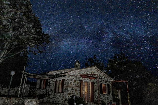 Zuhause unter den Sternen 📷 Leo Mair #digitalsarntal . . . . . . . . . . #sarntal #photographers #filmmakers #outdoor #visualartists #lifeinsouthtyrol #visitsouthtyrol #inspiration #astrophography #stars #milkyway #space