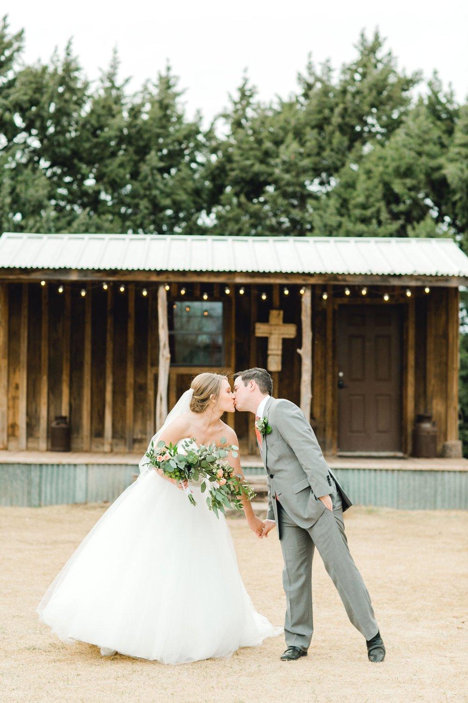 kayla-jacob-dow-cotton-creek-barn-lubbock-wedding-photographer-alleej0108.jpg