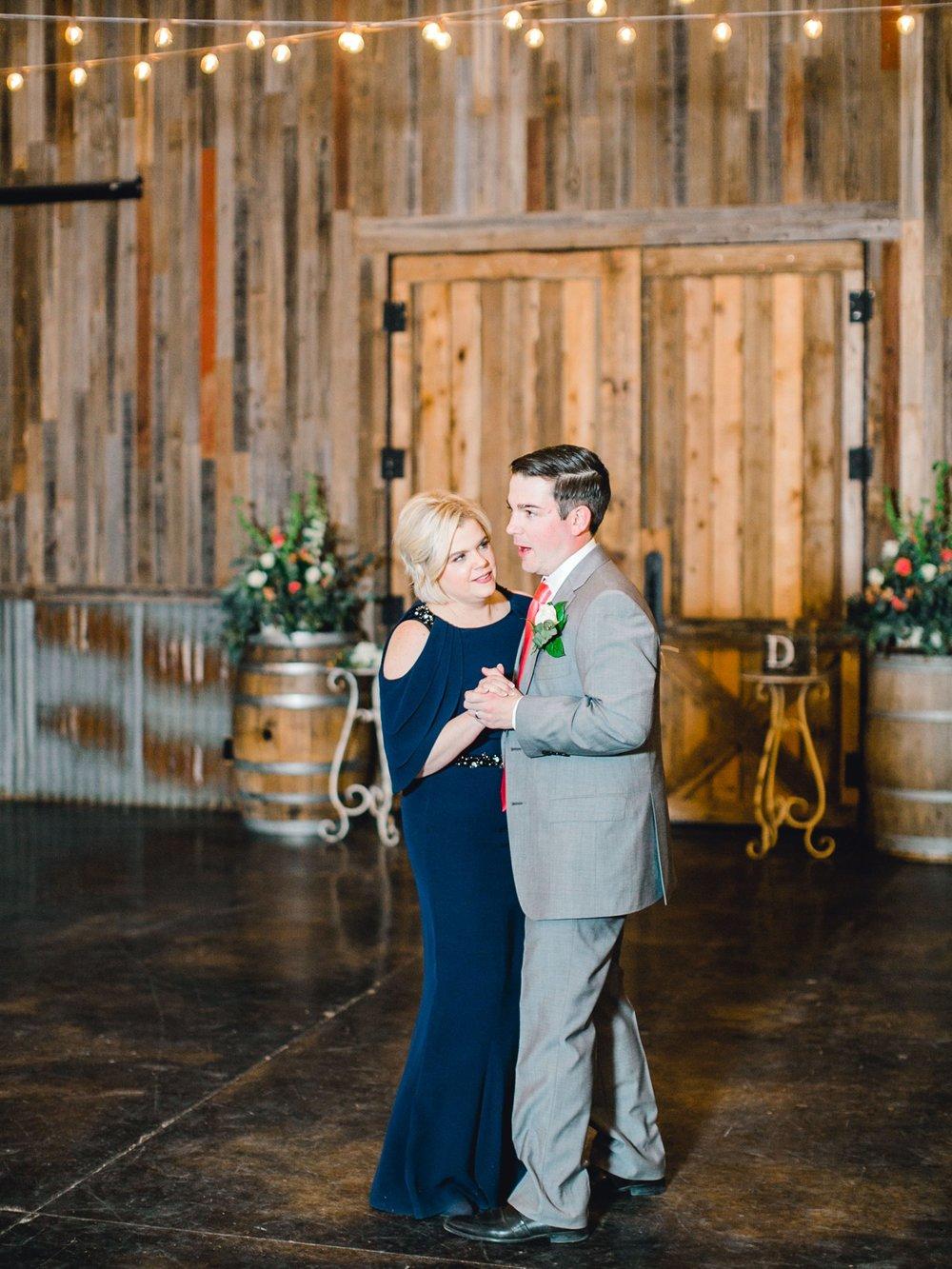 kayla-jacob-dow-cotton-creek-barn-lubbock-wedding-photographer-alleej0143.jpg
