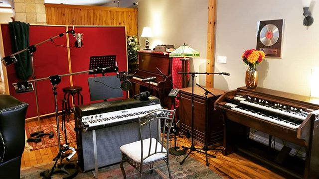 This weeks setup.. writing and recording with Nell Balaban and @timthorney . . . #fenderrhodes #hammondorgan #heintzman #uprightpiano #recordingstudio #vibe #newmusic #studiolife #recordingengineer #mixer #producer #villasound