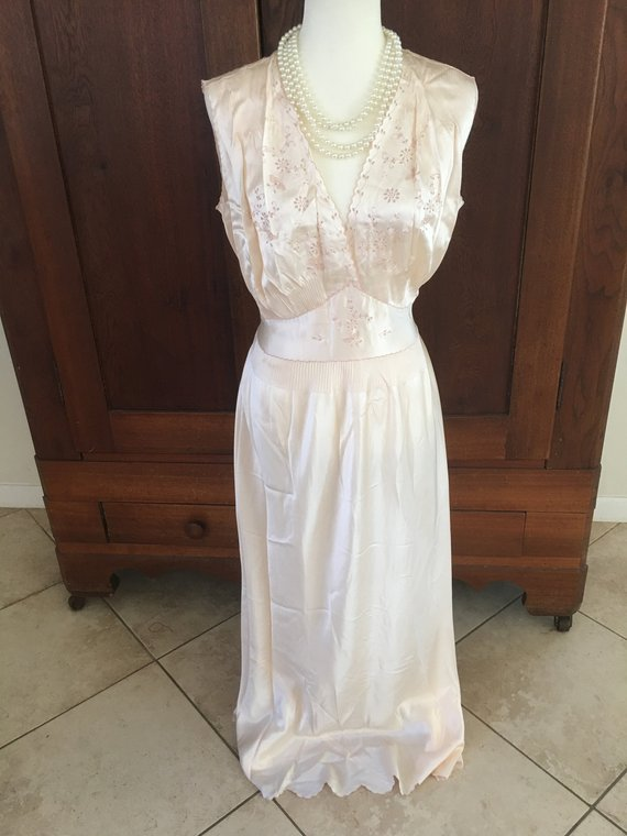 30s style nightgown - this silk 30s style nightgown looks like it'd be amazing.