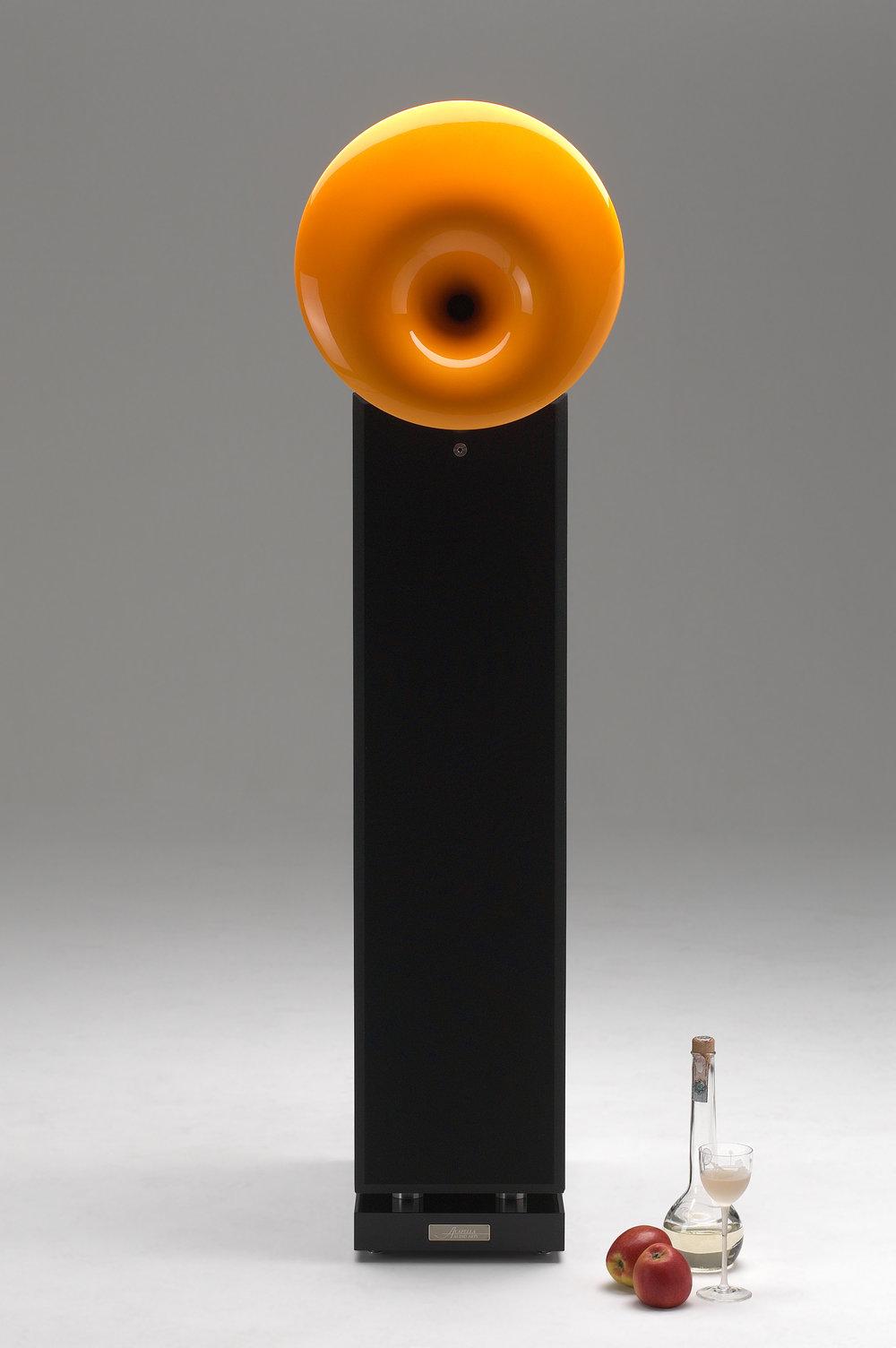 La Campanella MkIII - Diffusore a tecnologia dinamica con 4 woofer da 16,5 cm e un Tweeter caricato con tromba Hyperspherical®con 180 gradi di dispersione. Bass Reflex ad emissione controllata, posto tra il corpo della cassa ed il basamento.20 Hz - 30 kHz93 dB8 Ω15 W minimo100 W potenza nominale1000 W carico massimo 10 msdimensioni cm H x L x P :corpo cassa 130 x 26 x 53 cmcon tromba 140 x 39 x 61 cm85 Kg circa
