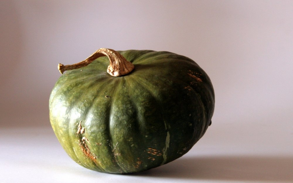 La Buttercup - de couleur vert foncé, en forme de tambour (aplatie sur le dessus), elle a une chair assez dense et farineuse. Légèrement sucrée (mais pas trop), elle est super en purée ou rôtie au four.