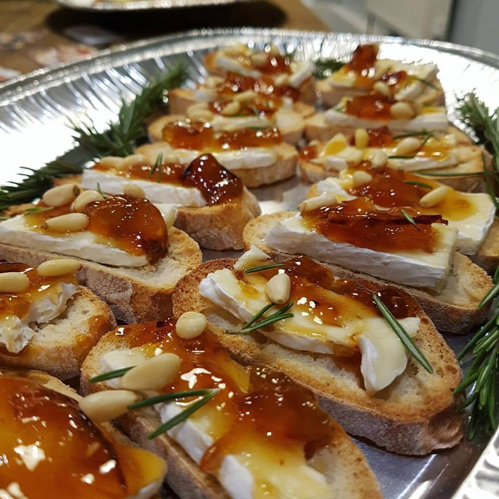 Help yourself to a delicious canape and drink ↓