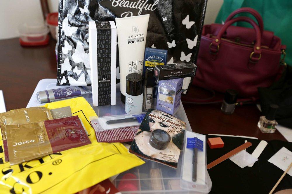 Los enfermos reciben al término del servicio de belleza, una bolsa con productos de belleza. (Aurelia Ventura/La Opinion)