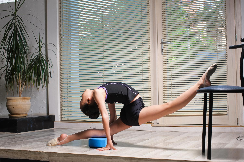The risk of over stretching in splits — En Pointe Dance School