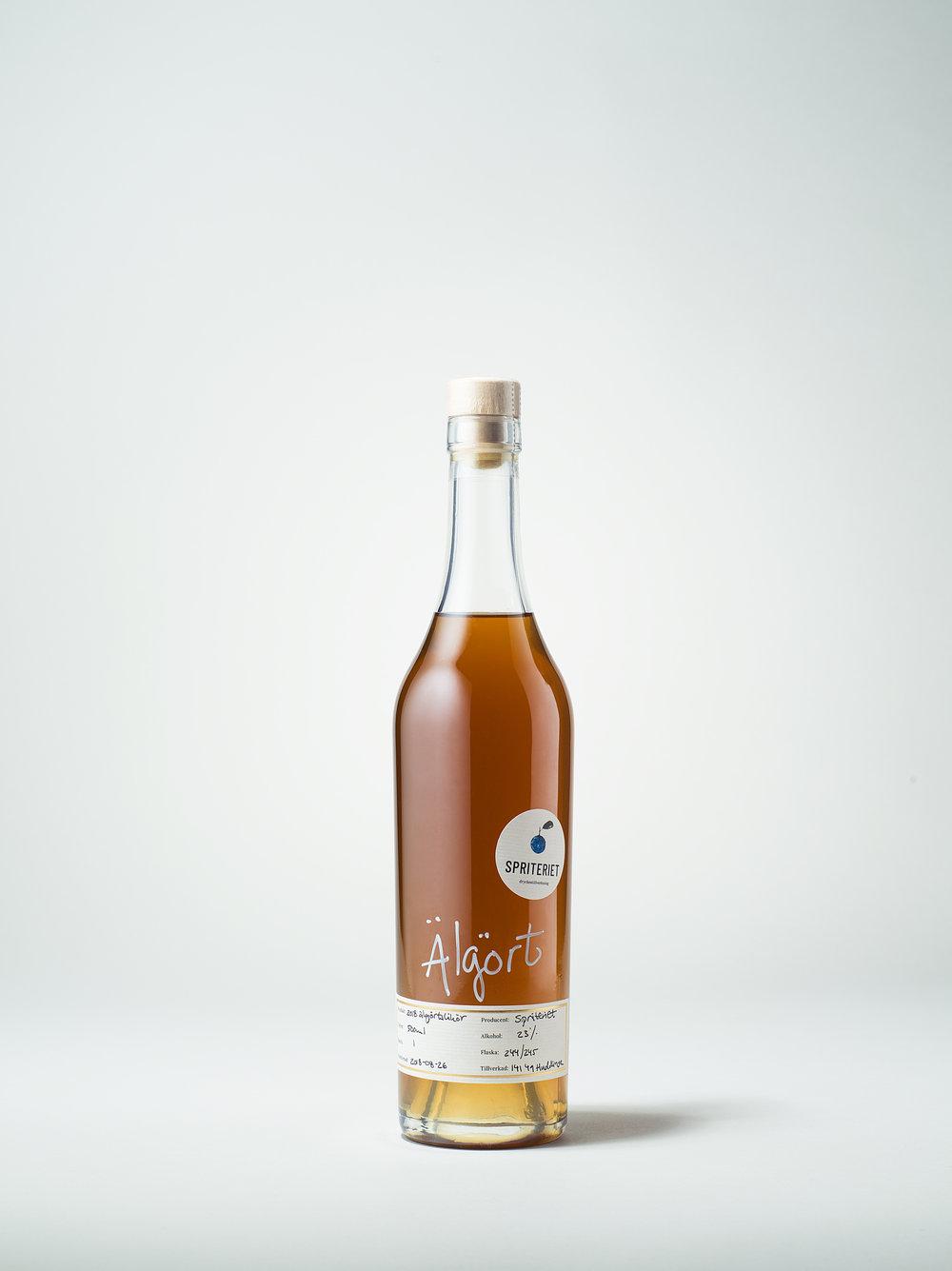 Älgörtslikören  kommer i en flaska om 50 cl och har en alkoholhalt på 23%. Älgörten är plockad i Ljungskile på västkusten och i Stockholm med omnejd. Älgörten har säljstart september 2018 och existerar i tre batcher. Batch 1 innefattar 245 flaskor, batch 2 är 100 flaskor och batch 3 är 70 st, buteljerade mellan augusti och november.