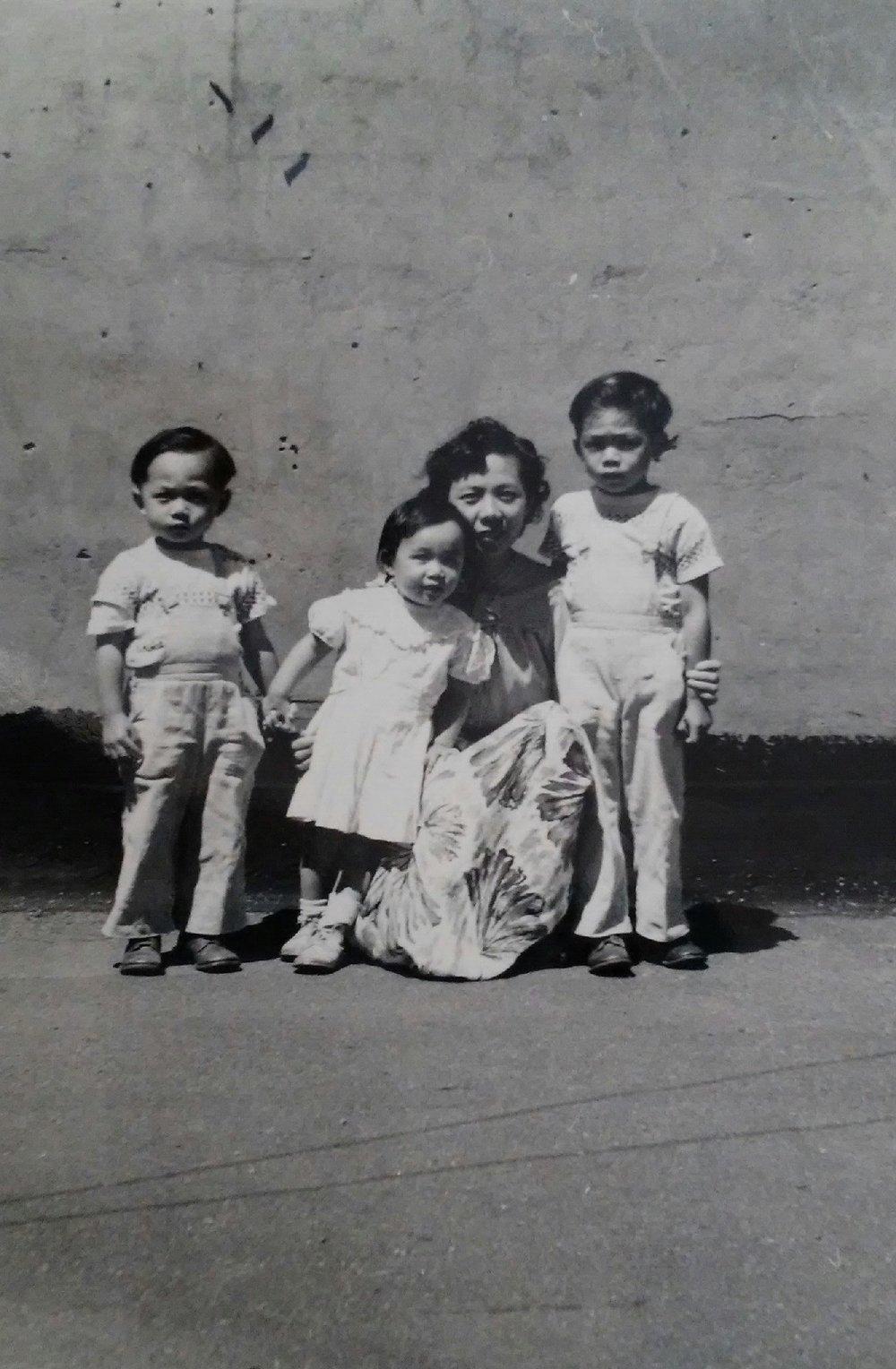 Mrs. Dere with children 1952.jpg