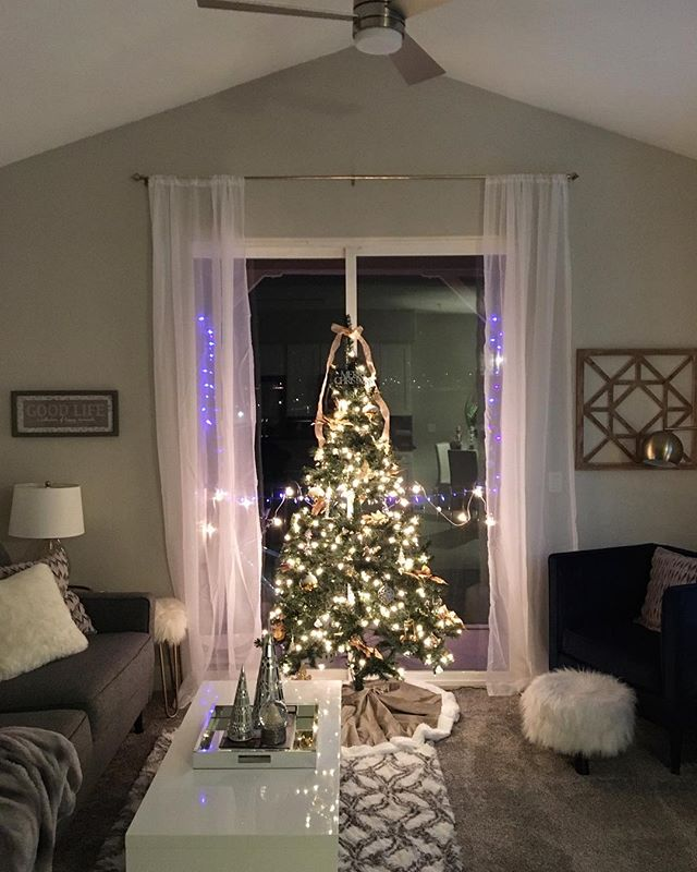Christmas tree decor is complete. I was skeptical that I could find a good spot for our tree in this small living room, but it works! The boys are happy too! 💚🌲💚#interiordesign #boymom #decorating #holidaylights #christmastree #organized #livingroom #style #transformation #trend #glam #california #december #designlife #whitelights #modern #cozy #newhome