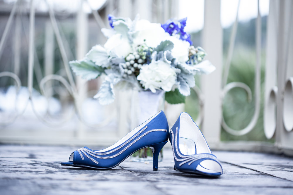I love the pops of blue and I just LOVED her blue shoes !!