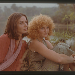 ONE SINGS, THE OTHER DOESN'T Director Agnès Varda ONE SINGS, THE OTHER DOESN'T (L'une chante, l'autre pas) is a feminist musical—with lyrics by the director—about the bond of sisterhood felt by Pomme and Suzanne throughout years of changes and fraught relationships with men.