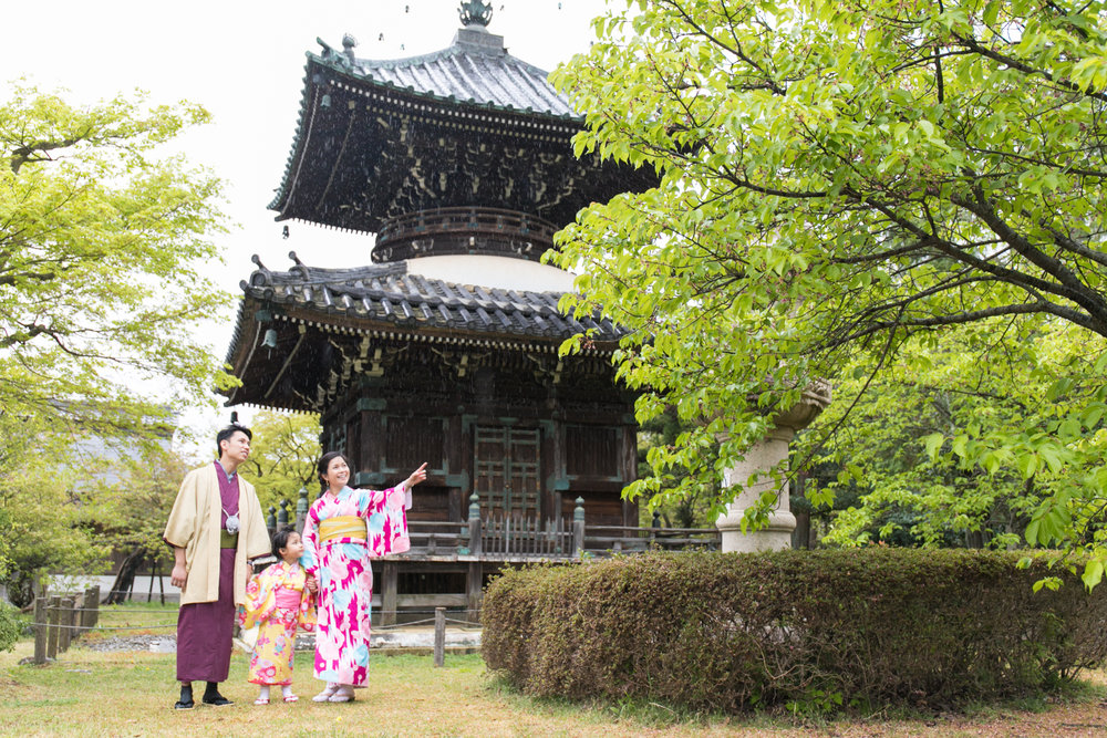 Photoshoot and guide tour with professional photographer in Kyoto