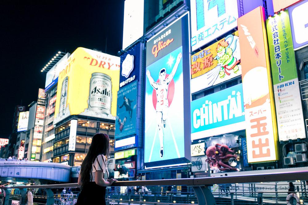 Night photoshoot tour in Osaka with photographer