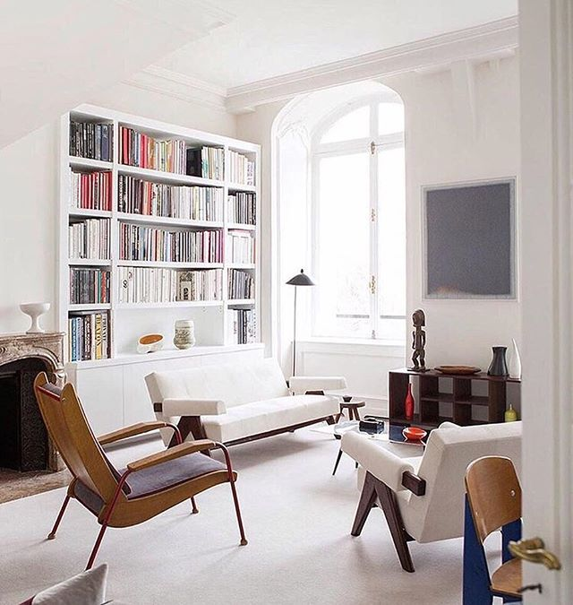Beautiful sophisticated atmosphere. Bright colours, lots of books and unique pieces like the Sofa and Armchair from Jeanneret Prouvé * * *  #design #athmosphere #unique #provenance #jeanneret #prouvé #style #interiordesign #luxery ##designthelifeyoulove Via @christianelemieux