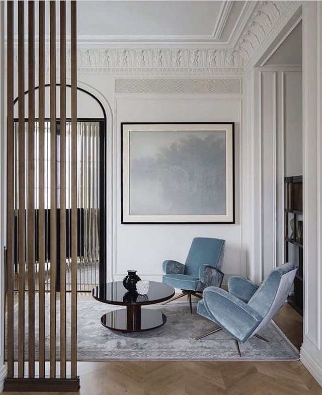 Blue and white colours with beautiful architecture details. Calm atmosphere. We love it. • • Via @theofficialnancycorzine #detail #whiteinterior #architecture #moulding #interiorinspiration #interiors #marble #chandalier #inspiration #theworldofinteriors #luxury #mansion #hotel #hotelinterior #frenchinterior #interiordesigner #interiorinspiration #interiors #homedesign #decoration #decorlovers #vogueliving #livingroom #fireplace #stucco #velvet  #stockholm #paris #designthelifeyoulove