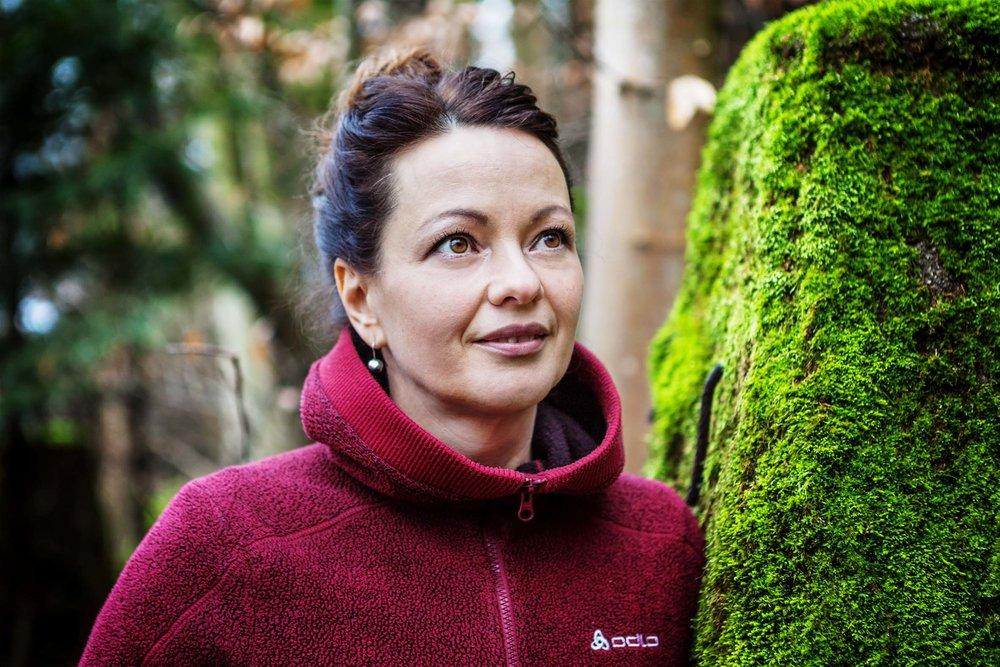 Luisa Wieser, Jahrgang 1975, verheiratet, zwei Kinder, liebt die Familie, die Berge, den Wald, das Fahrradfahren, gute Gespräche, spannende Bücher, Sport und gutes Essen.