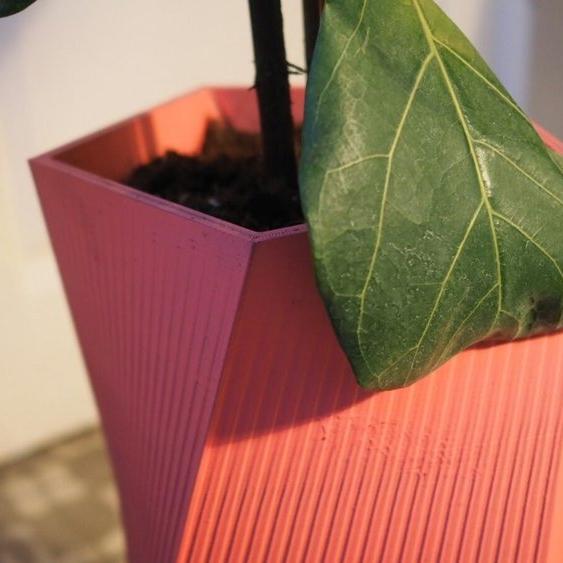 Prototipo inicial Carmen en PVC impresión 3D en tinta rosa.