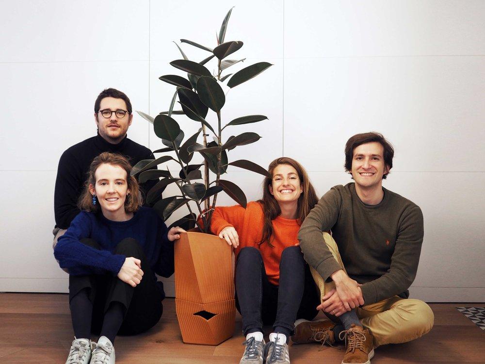 Ignacio, Nuria, Carmen de terracota con Ficus Elástica, María y Alex