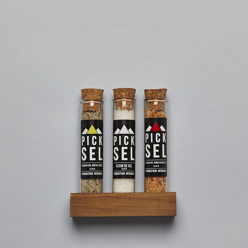 picksel-producteurartisanal-lacouarde-iledere-trio-cadeau-support-bois-fleurdesel-naturelle-aromatise-pimentdespelette-aneth-citron-cuisine-melane-saveurs.jpg