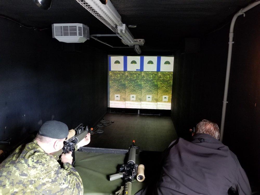 Une vue intérieure du corridor de tir au laser, où les amateurs disposeront de quatre fusils d'assaut utilisés de façon simultanée. Les participants disposeront de 10 balles (FACTICES) pour réussir le meilleur groupement possible . (Photo Ministère de la Défense Nationale)