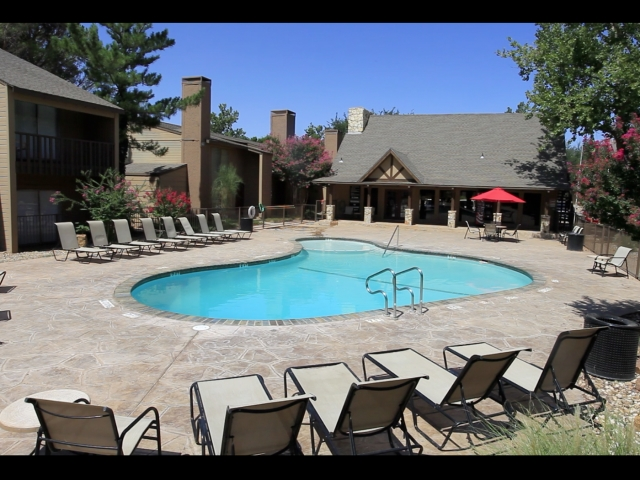 the-boulders-at-lakeridge-lubbock-tx-large-sparkling-pool.jpg