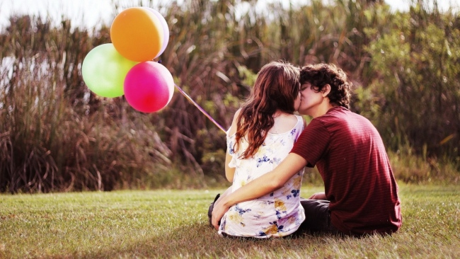 balloon-couple-kiss-romantic-650x366.jpg