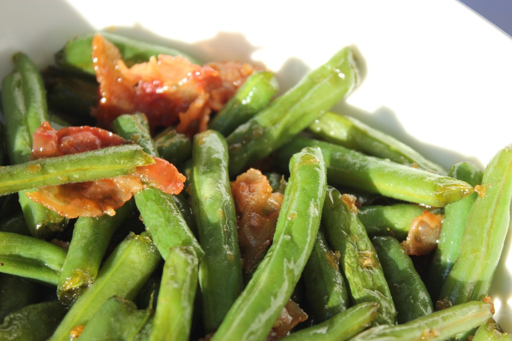 FRESH GREEN BEANS WITH GARLIC AND BACON- If you have a bunch of fresh beans from the garden....this is a fun recipe to try! @thefoodnanny.com
