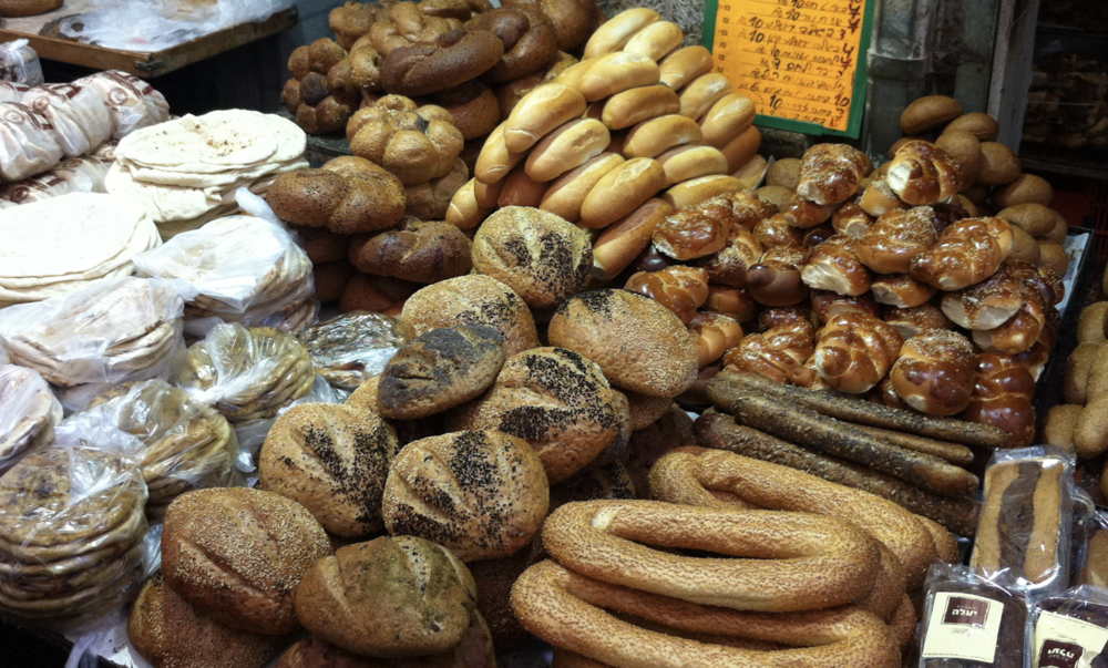 Various breads, including the braided Challah bread (Wikicommons)