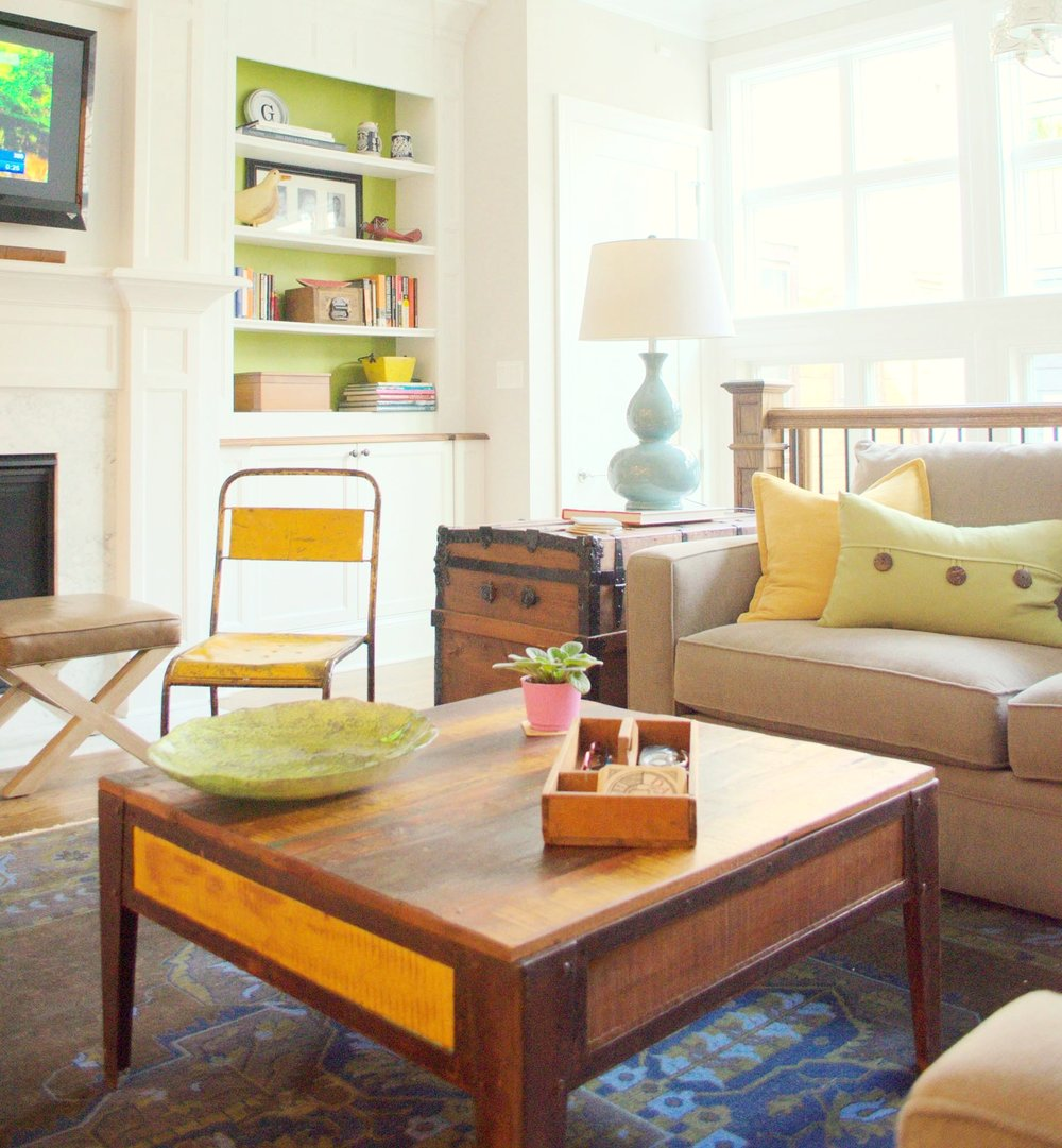 Family friendly Corner in the living room area with desk lamp and shelves