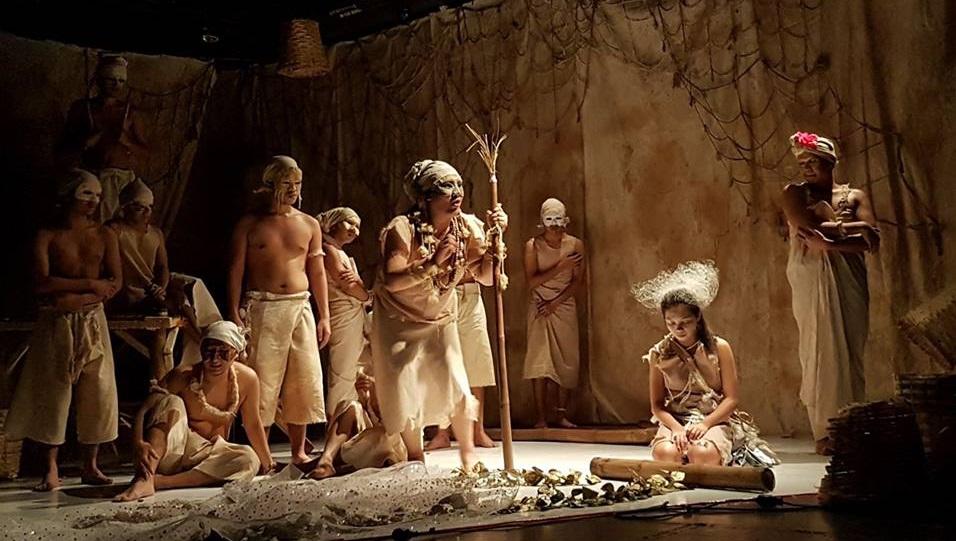 A scene in FEU Theater Guild's Ang Pinakamakisig sa mga Nalunod sa Buong Daigdig.