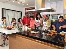 "The cast of ""Sarap"" Diva with host Regine Velasquez-Alcasid and guests Julie Ann San Jose and Rita Daniela"