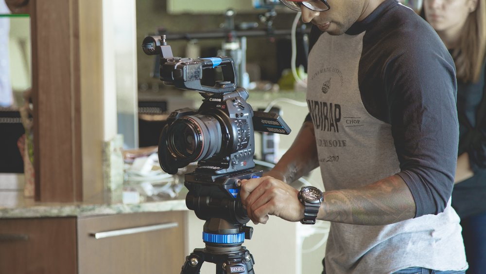 Creating tailor-made video and photographic content