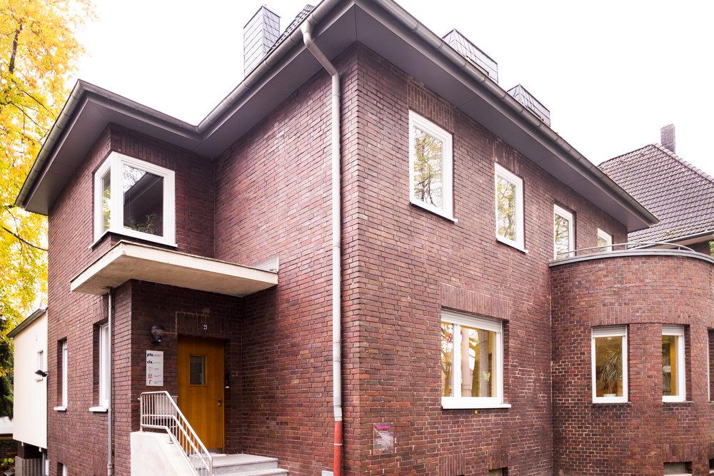 Die Praxis - Die Praxis befindet sich auf der linken Seite des Gebäudes auf der Westfälischen Str. 21. Sie finden/ihr findet den Eingang im Souterrain. Einfach der Auffahrt des Untergeschosses folgen.